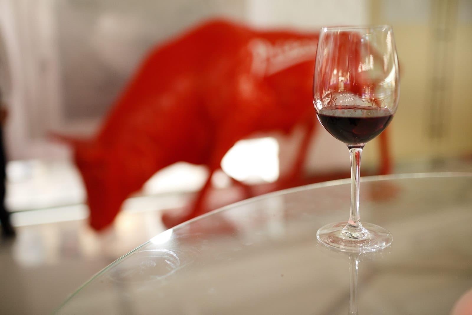 Красный бык для выставки Пабло Пикассо