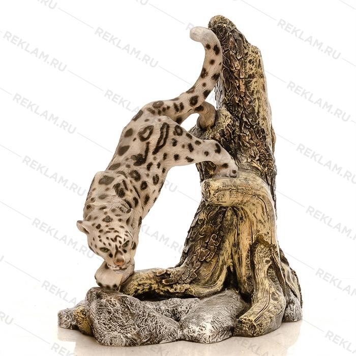 объемная фигура барс на дереве