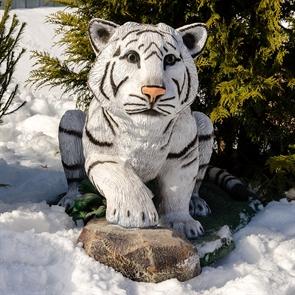 {{photo.Alt || photo.Description || 'Декоративная фигура тигренок на камне'}}