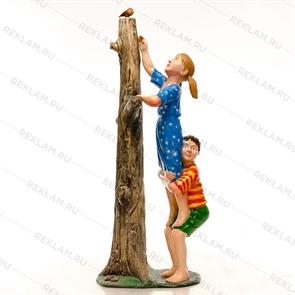 {{photo.Alt || photo.Description || 'Объемная фигура мальчик и девочка у дерева'}}