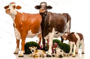 {{photo.Alt || photo.Description || 'Фигуры коров с телятами'}}